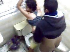 момиче с големи цици и кръгли задника взема душ след работа