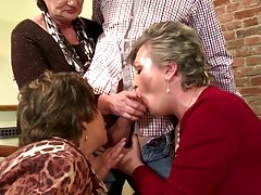 Палави жени брюнетка гадно на три твърди петли наведнъж тогава получава пробити